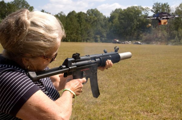 Oma met gun schiet op drone