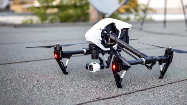 De Inspire 1 van DJI zou met zijn gewicht van ca. 3 kg onder de minidrone regeling vallen