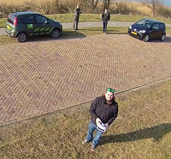 Boswachter sommeert drone aan de grond te zetten. Foto: Michiel