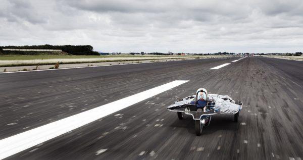 Het vliegveld biedt alle ruimte om experimentele voertuigen te testen. Foto: Nuon Solar Team