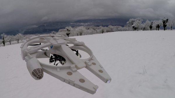 Millennium Falcon-drone buiten