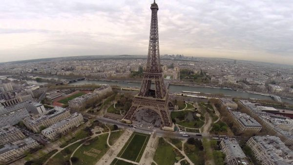 De Eiffeltoren, gefotografeerd door een drone.