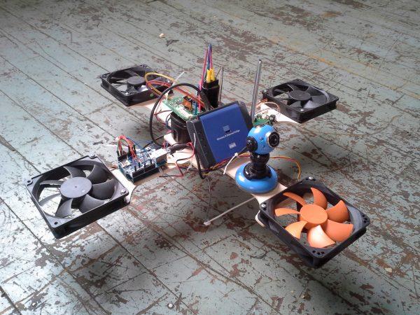 Een drone gemaakt van oude onderdelen. Bron: Hackaday.com