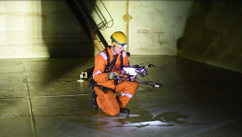 Drone-inspecteert-olietank-Maersk