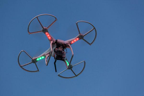 Door de ingebouwde navigatieverlichting zijn moderne drones in het donker juist beter zichtbaar. Foto: CC-BY SA Duncan Rawlinson