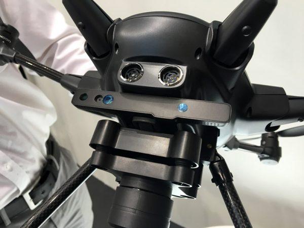 De Intel RealSense-module wordt tussen drone en gimbal bevestigd