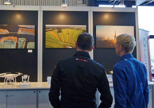 Nortwin (rechts) bekijkt zijn winnende foto op de Professional Imaging