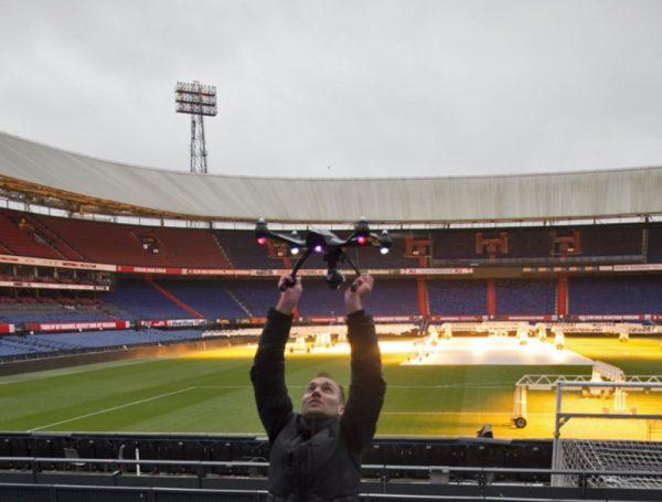 Opstijgen in het stadion ging vrij gemakkelijk. We wilden echter geen risico nemen dat de drone zou crashen of een stoeltje zou raken. Om die reden pakte ik met mijn handen de drone uit de lucht. Don't try this at home!