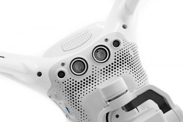 De onderzijde van de Phantom 4. Naast de sensoren voor het Vision Positioning System zijn ook de 2 nieuwe camera's zichtbaar.