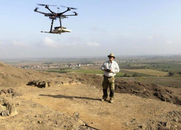 Een archeoloog doet onderzoek mbv een drone