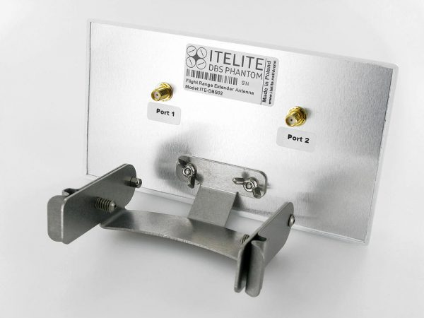 De directionele antenne verbind je met (meegeleverde) kabeltjes aan de gemodde remote.