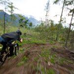 Kijken: racedrone volgt downhiller tijdens bosafdaling