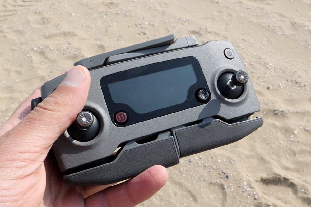 De controller van de Mavic 2 Zoom heeft afneembare sticks en een wat groter bereik