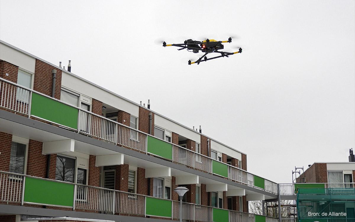 Een woonblok in Almere wordt geïnspecteerd door middel van een drone. Bron: de Alliantie