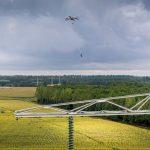Voor het eerst in Nederland drone ingezet bij trekken bliksemdraad hoogspanningslijn